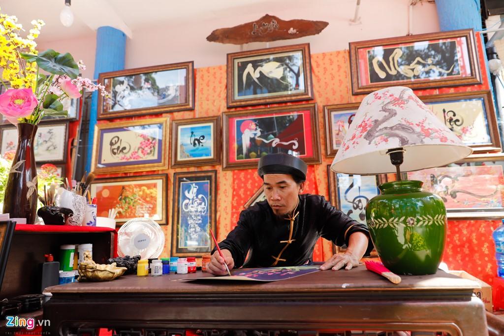 Ông đồ Lý Nguyễn cho biết đây là lần thứ 8 tham gia viết thư pháp trên đường phố Sài Gòn.