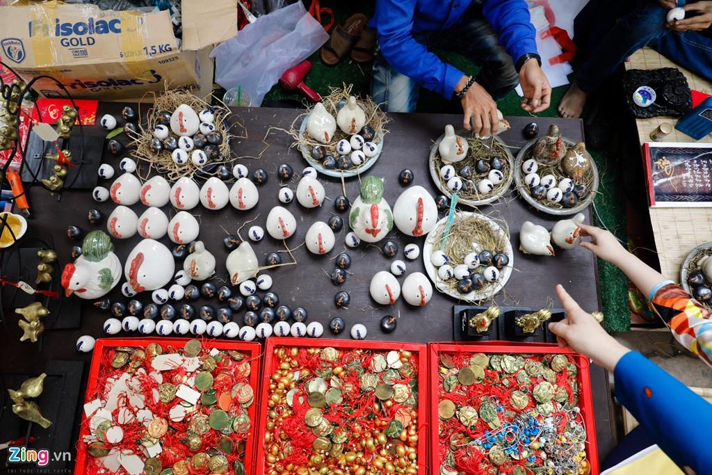 Bên cạnh những quầy viết chữ thư pháp, các gian hàng bày bán đồ trang sức, trang trí con gà cũng thu hút du khách tham quan.