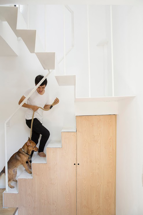 Cầu thang, lan can được thiết kế đơn giản với tông màu sáng giúp không gian thông thoáng hơn. Dưới khu vực cầu thang có bố trí tủ đựng đồ.