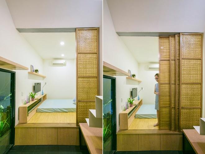 Một phần sàn nhà được nâng cao thành nơi ngủ nghỉ, đồng thời tận dụng được không gian bên dưới làm nơi cất đồ.