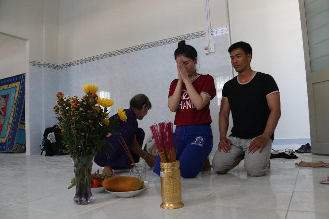 Vợ chồng anh Nguyễn Thanh Phong (quê Trà Vinh) làm lễ cúng vào nhà mới - Ảnh: Tiến Long
