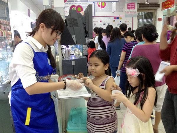 Công việc quảng cáo sản phẩm cho các nhãn hàng tại các trung tâm mua sắm, siêu thị được nhiều bạn trẻ lựa chọn