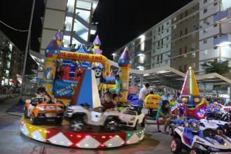 Khu nhà ở xã hội Hòa Lợi (TP Thủ Dầu Một, Bình Dương) về đêm nhộn nhịp người dân xuống vui chơi - Ảnh: Tiến Long