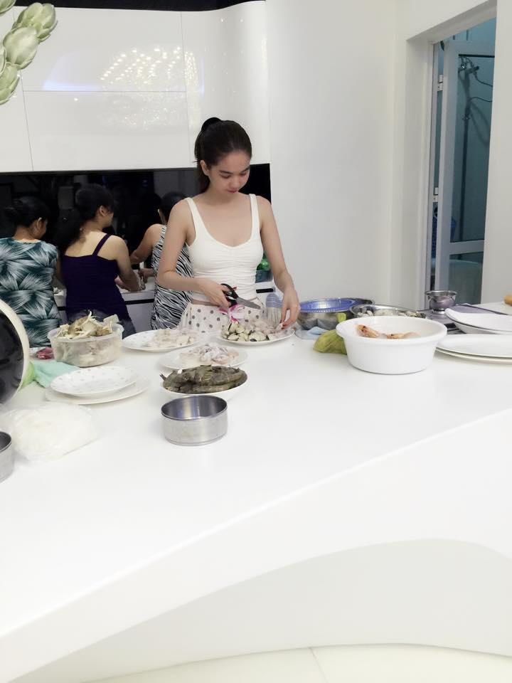 Ngọc Trinh không ít lần vào căn bếp tiện nghi của mình.
