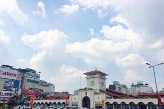 Buổi sáng bạn nên dành thời gian vào chợ Bến Thành. Ngoài việc tìm hiểu thói quen buôn bán, họp chợ của người dân Sài Gòn, bạn có thể chọn thưởng thức một tô phở nóng hổi hoặc một bát canh bún thanh mát với mức giá bình dân. Ảnh: Mrescho.