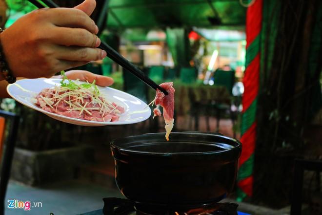 Thịt dê được trụng chín trong nước dùng có vị chua thanh của mẻ, ăn kèm vị cay của cải bẹ xanh.