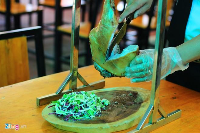 Được xử lý kỹ, tẩm ướp qua đêm cùng phương pháp nướng truyền thống (nướng than), thịt dê thơm, béo và được xử lý mùi tốt.
