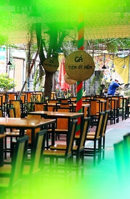 Lộc Ấn là quán ăn chuyên bán các món từ dê có tiếng ở khu vực quận Tân Bình (TP.HCM). Quán có diện tích 2.500 m2, chia làm nhiều khu vực như ngoài trời, khu cho trẻ em vui chơi, phòng VIP...