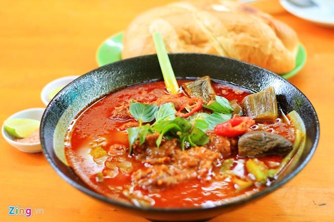 Quán có hơn 30 món ăn được chế biến từ dê. Nếu thuộc tuýp truyền thống, bạn nên thử dê xối sả, dê nướng, dê xào lăn...