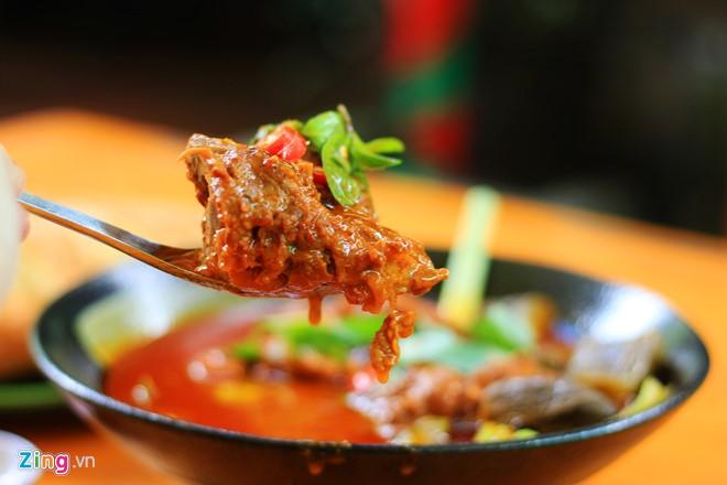 Cà ri dê tại quán được chế biến theo quy tắc thịt nhiều, ít da, có màu đỏ, sệt và vị cay nhẹ.