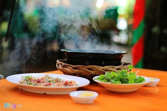 Nếu thích trải nghiệm hương vị mới của nguyên liệu quen, bạn có thể thử dê xông khói, được khách gọi là dê spa.