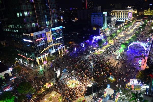 Hàng triệu lượt du khách, người dân đã đến thưởng lãm đường hoa Nguyễn Huệ trong mấy ngày qua. Ảnh Quang Định