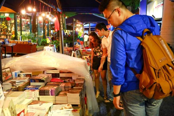 """Chương trình thu hút nhiều bạn trẻ đến tham quan, mua sách. Chị Mai Lan, sinh viên Đại học Luật TP HCM, chia sẻ: """"Đây là lần đầu tiên tôi đi dạo Đường sách trong đêm. Cảm giác thư thái hơn so với ban ngày""""."""