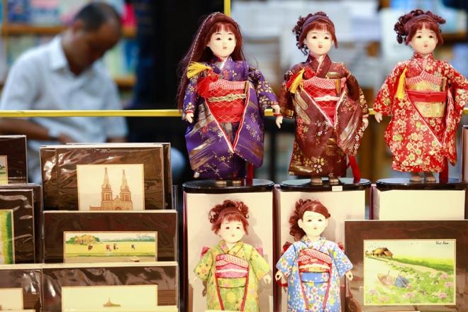 Ngoài các gian hàng sách, ở đây còn có nhiều gian hàng trưng bày vật phẩm trang trí tết, thiệp, bao lì xì, lịch, tranh gốm, đĩa gốm vẽ nghệ thuật của họa sĩ Lê Thiết Cương. Trong ảnh: những con búp bê trong trang phục truyền thống Nhật Bản được bày bán tại Đường sách.