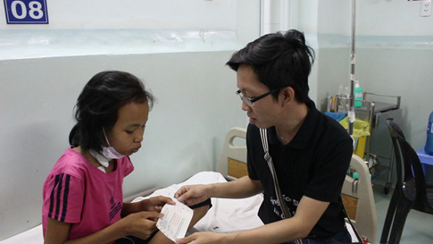 Đại diện nhóm hát trao tiền cho bệnh nhân nghèo ẢNH: LA VI