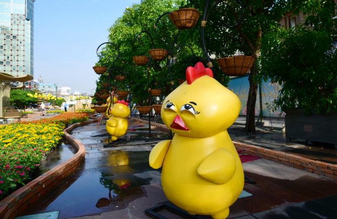 Những chú gà được trang trí dọc đường hoa - Ảnh: HỮU THUẬN