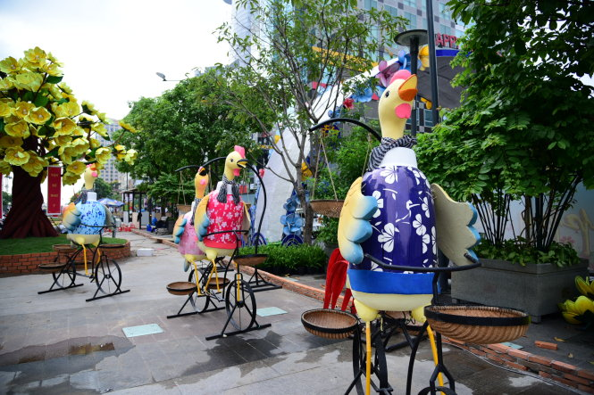 Những chú gà được cách điệu trên những chiếc xe đạp - Ảnh: HỮU THUẬN