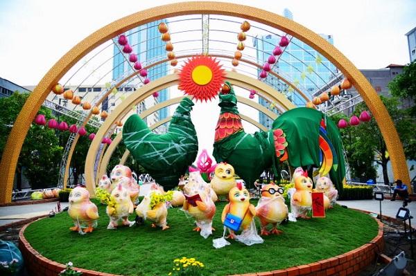 Cặp gà trống mái và đàn gà con tượng trưng cho sự ấm no, sum vầy trong năm mới - Ảnh: HỮU THUẬN