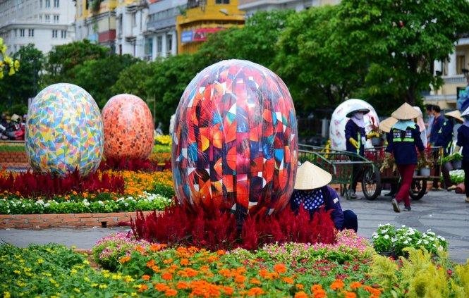 Những trái trứng trang trí tại đường hoa Nguyễn Huệ tượng trưng cho sự no đủ, hạnh phúc - Ảnh: HỮU THUẬN