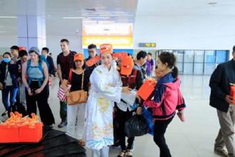 Bà Táo Jetstar Pacific tặng quà cho các hành khách