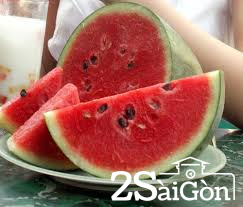 Trái dưa bổ ra đầu năm mà ruột đỏ tượng trưng cho sự may mắn cả năm.