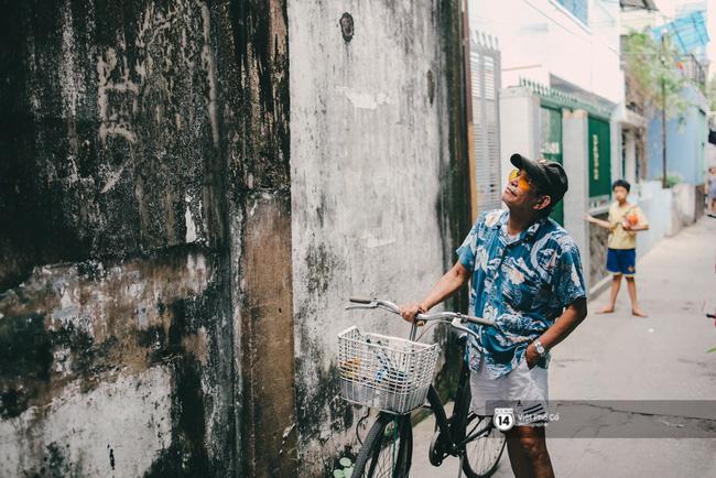 Năm ngoái, cũng vào thời điểm cận tết như thế này, khi đi ngang qua những bức tường cũ kỹ, ẩm mốc của con hẻm nhà mình, ông Nguyễn Văn Minh (74 tuổi) đã suy nghĩ rất nhiều về việc sẽ làm mới chúng. Bằng một cách nào đó? Và vì sao không phải là những bức tranh?