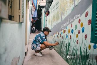 Thời còn trẻ ông Minh từng học qua ngành hội họa, thế nhưng vì chiến sự nên ông buộc phải gác lại niềm đam mê của mình để gia nhập quân đội. Sau này khi đất nước giải phóng, ông Minh trở thành thầy giáo dạy nhạc, họa và thể thao ở trường dành cho trẻ em khuyết tật trên đường Nguyễn Khoái (quận 4).