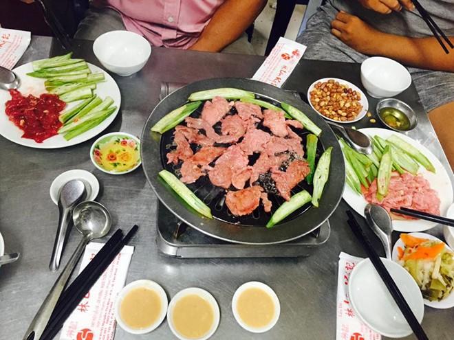 Dê tại đây được tẩm ướp tốt, giúp át đi mùi đặc trưng nên các món nướng, hấp, xào hay nhúng lẩu đều có vị ngọt tươi, dễ chịu. Ảnh: Facebook Duy Dinh Nguyen.