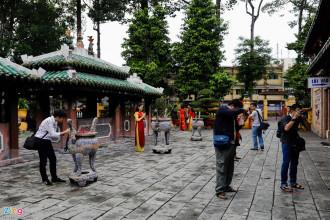 Ngày cuối tuần, hàng trăm bạn trẻ tập trung về lăng Ông Bà Chiểu (Bình Thạnh) để chụp ảnh kỷ niệm đón xuân.