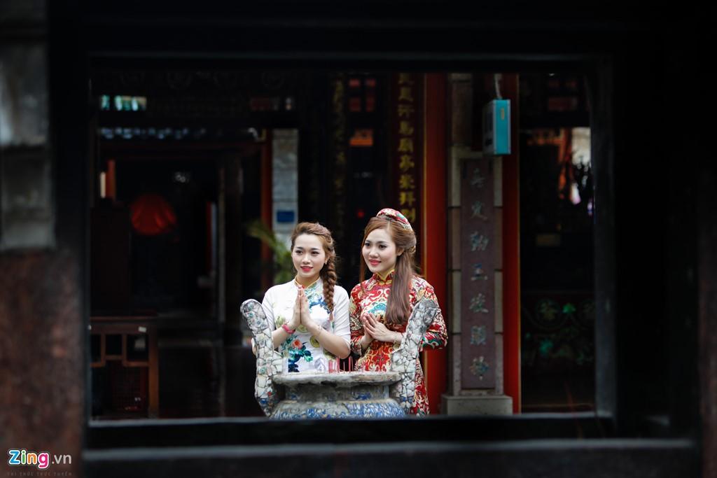 Phan Thanh Trang (phải) cho biết cô đã tốn khoảng 3 triệu thuê thợ chụp hình, với mong muốn lưu giữ những hình ảnh đẹp ngày xuân để chia sẻ với bạn bè.