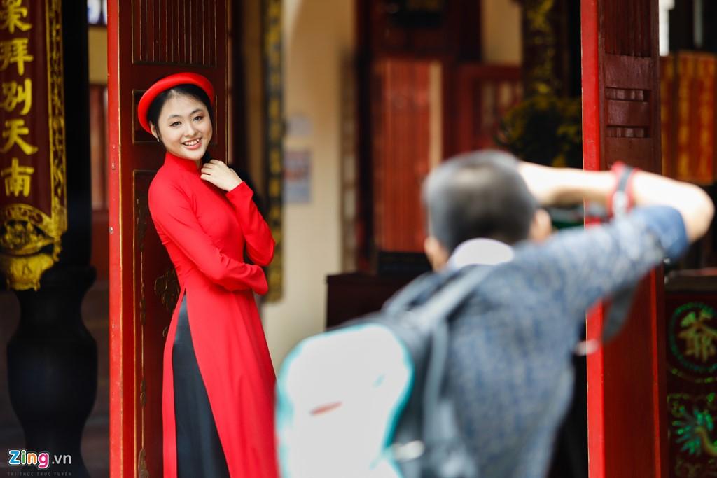 Nguyễn Thị Thanh Quyên (sinh viên Đại học Công nghệ Sài Gòn) duyên dáng với tà áo dài truyền thống.