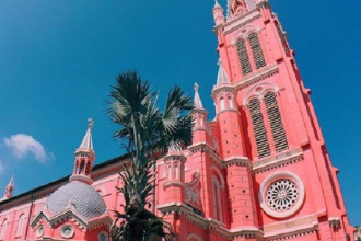 Nhà thờ Tân Định hay còn có tên chính thức là nhà thờ Thánh Tâm Chúa Giêsu vừa qua đã trở thành điểm đến cực hot được giới trẻ Sài Thành ghi nhớ trong danh sách những điểm check-in thần thánh của mình. Ảnh: joo8309