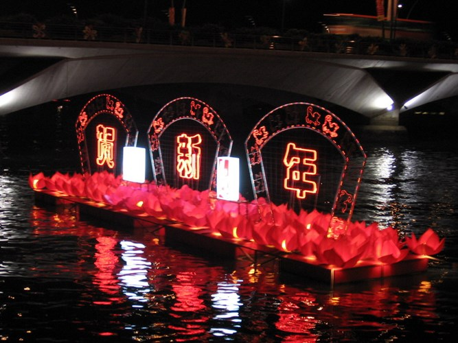 Lễ hội lớn thứ hai ở đảo quốc này là lễ hội Singapore River Hongbao - một sự kiện văn hóa thường bắt đầu từ năm 1987. Sự kiện này thường được tổ chức tại Công viên Esplanade lộng lẫy bên bờ sông với một chuỗi những hoạt động giải trí dành cho trẻ em, người lớn và cả người già, tạo nên một sân chơi lí tưởng cho cả gia đình.