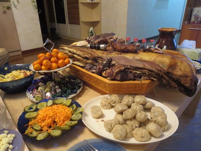 Món ăn truyền thống trong Tết Tsagaan Sar là các sản phẩm làm từ sữa, bánh buuz (giống như bánh bao), thịt cừu, thịt bò, sữa dê, cơm ăn cùng với sữa đông; hay cơm ăn chung với nho khô, thịt cừu nướng, thịt ngựa, bánh buuz, sữa ngựa lên men hoặc rượu vodka trộn sữa.
