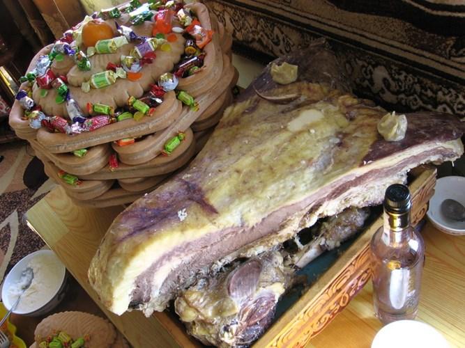 """Ngày Tết gặp nhau, người Mông Cổ chúc nhau bằng câu nói: """"Chúc cho đàn cừu của bạn béo tốt"""". Ở đất nước thảo nguyên rộng lớn này, cừu đông hơn người. Hầu hết các món ăn ngày tết của người Mông Cổ đều chế biến từ sữa cừu và trên mâm cỗ lúc nào cũng có thịt cừu nướng."""