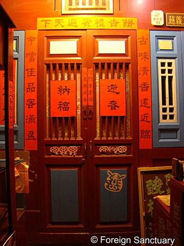 """Trước ngày Tết, người Trung Quốc sẽ làm vệ sinh nhà cửa để """"xả xui"""". Họ cũng viết lên giấy đỏ những lời cầu chúc rồi dán lên cửa ra vào, cắt giấy hoa văn thể hiện niềm hy vọng, rồi dán lên cửa sổ."""