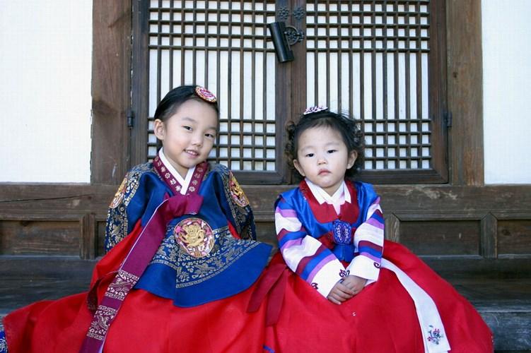 Cả hai miền của bán đảo Triều Tiên đều đón năm mới truyền thống theo Âm lịch với nhiều nét tương đồng. Theo đó, trước Giao thừa, người Triều Tiên sẽ tắm bằng nước nóng để tẩy trần, mặc trang phục truyền thống hanbok hoặc những bộ quần áo đẹp nhất để cử hành nghi lễ thờ cúng tổ tiên. Đêm Giao thừa, họ đốt các thanh tre trong nhà để xua đuổi tà ma và không ngủ vì theo quan niệm truyền thống nếu ngủ thì sáng hôm sau sẽ bị bạc trắng cả lông mi và đầu óc kém minh mẫn khi thức dậy.