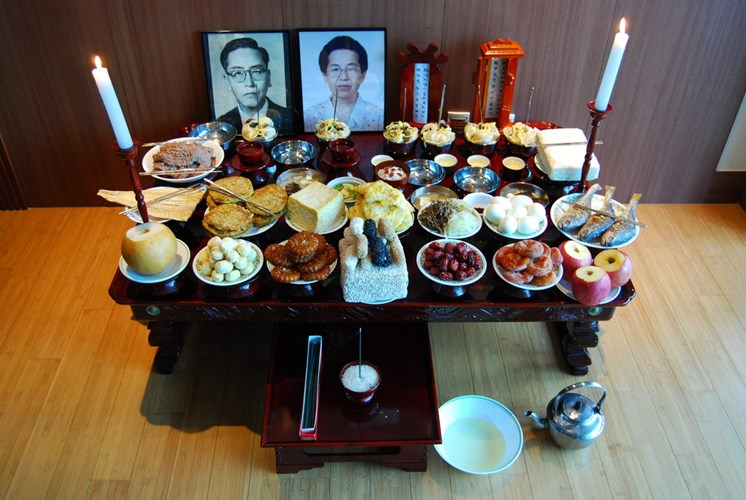 Sáng mùng 1 Tết, người Triều Tiên có phong tục tắm rửa vệ sinh sạch sẽ, mặc quần áo cổ truyền, sau đó tiến hành nghi lễ cúng Tổ tiên gọi là Chesa do trưởng nam trong gia đình đứng ra làm lễ. Đồ cúng cùng với rượu gạo được bày trên mặt bàn giữa nhà. Trên đó cũng đặt các bài vị tổ tiên viết trên giấy sớ sẽ đốt đi sau khi cúng. Chủ gia đình thắp hương, khấn mời Tổ tiên, cả nhà cùng bái lạy làm lễ.