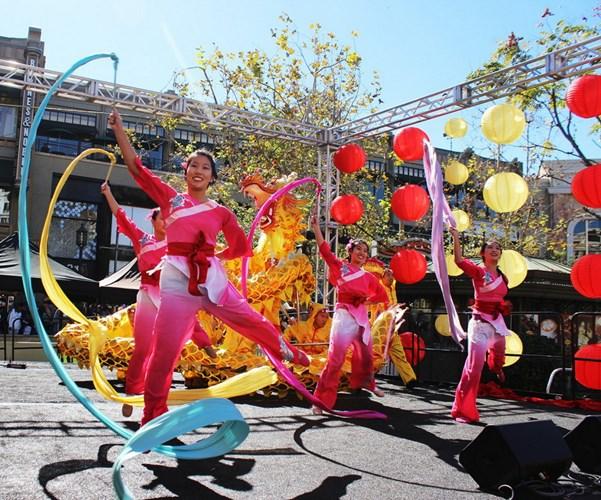 Trong những ngày Tết, người Triều Tiên sẽ đi chúc mừng hàng xóm, người thân, đi thăm mộ Tổ tiên và du xuân đến những nơi danh lam, thắng cảnh, lễ hội hoặc tới chùa.