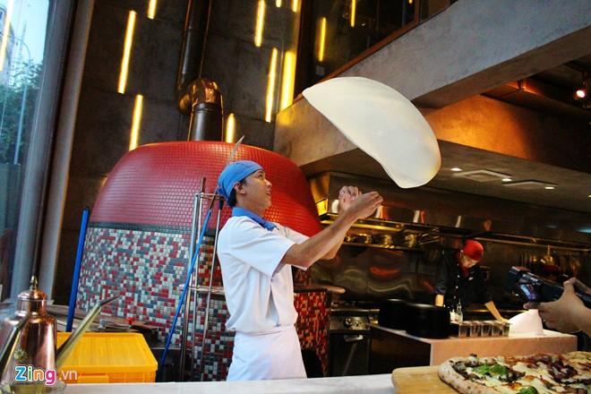 Pizza 1 m được nhà hàng Namo đường hai Bà Trưng, quận 1 giới thiệu với thực khách TP.HCM. Tổng nguyên liệu dùng cho món bánh là 1 kg bột và 1 kg nhân gồm cà chua, xúc xích cay, giăm bông, thịt ba chỉ xông khói... Ảnh: An Huỳnh.