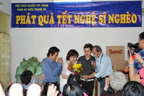 Phát quà Tết tại Hội ái hữu nghệ sĩ.