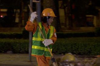 Ngay trước giờ khắc giao thừa, chị Thu vẫn miệt mài công việc của mình trên phố