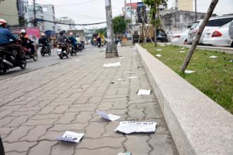 Hiện nay, tình trạng phát tờ rơi ở một số ngã tư gây nên tình trạng xả rác nơi công cộng. Ảnh: Lê Khoa