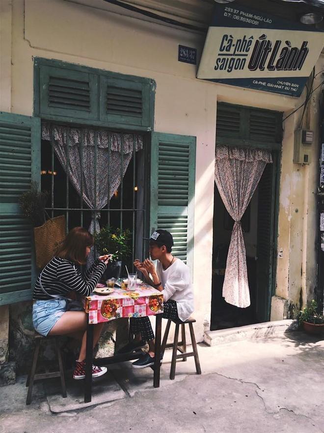 Cà phê Sài Gòn Út Lành: Sở hữu vị trí đắc địa ở khu phố Tây sầm uất - đường Phạm Ngũ Lão, quận 1, tấm biển hiệu thô mộc của quán thu hút sự chú ý của nhiều người.