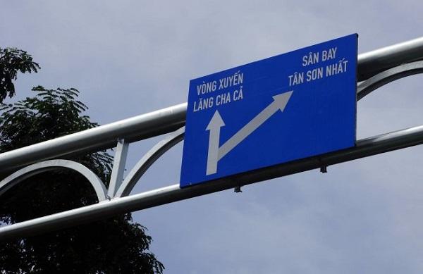 """Bảng chỉ dẫn giao thông đường ra """"vòng xuyến"""" Lăng Cha Cả - Ảnh: NGUYỄN CÔNG THÀNH"""