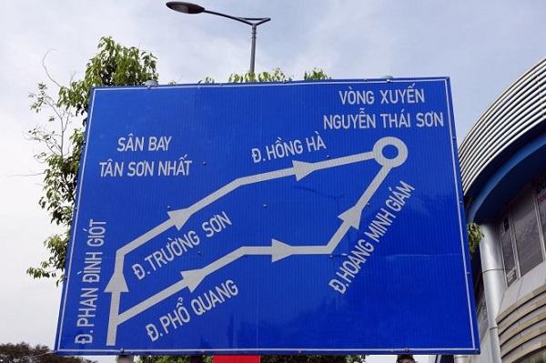 """Một bảng chỉ dẫn giao thông ở khu vực sân bay hướng dẫn đường ra """"vòng xuyến"""" Nguyễn Thái Sơn - Ảnh: NGUYỄN CÔNG THÀNH"""