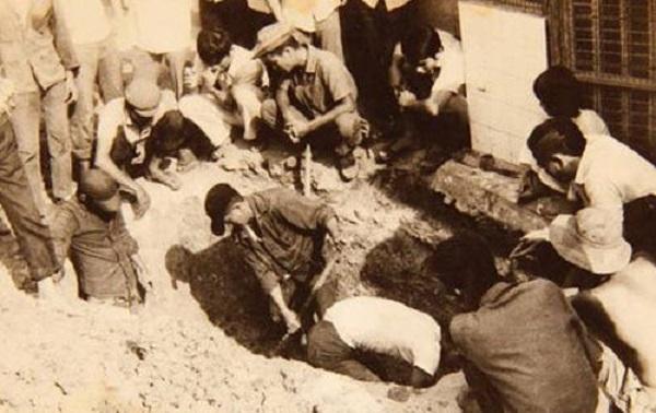 Khai quật ngôi mộ ở cánh đồng mả ngụy xưa, nghi của ông Huỳnh Công Lý. Ảnh:Đỗ Đình Truật.