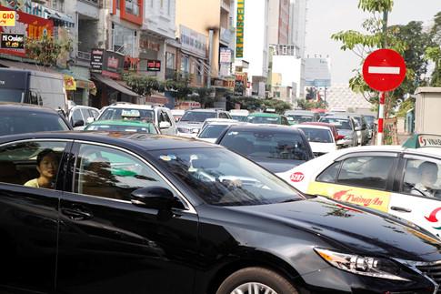 Tuy vậy, xe cộ chỉ bị ùn tắc trên đường Hồng Hà kéo dài từ đường Trường Sơn đến giao lộ Yên Thế