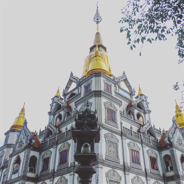 Ngoài ra, ngôi chùa còn thể hiện sự kết hợp độc đáo bởi lối kiến trúc của bốn quốc gia gồm Ấn Độ, Myanmar, Thái Lan và nổi bật với kiến trúc nền văn hóa Phật giáo cổ đại cùng nét kiến trúc triều đại nhà Nguyễn ở Việt Nam.