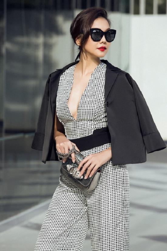 Vest đen được khoác hờ cùng phần áo xẻ ngực tôn vẻ đẹp gợi cảm của Thanh Hằng.